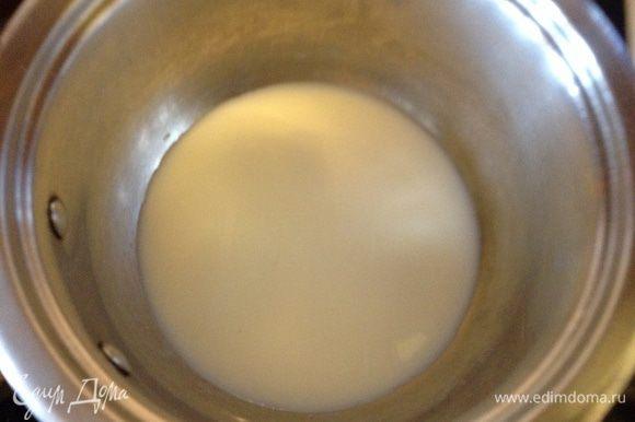 Для заварного крема молоко прогреть в сотейнике молоко с ванилью.