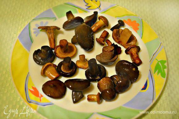 Лесные грибы отварить в подсоленной воде в течение 40 минут. Для пиццы нам потребуется 100 г уже отваренных грибов. За неимением лесных грибов можно, конечно, их заменить на шампиньоны.