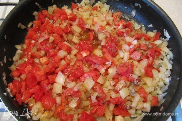 Приготовим соус. Лук и 2 зубчика чеснока измельчить и обжарить до золотистого цвета на 2 ст.л. растительного масла. Добавить порезанный мелкими кубиками перец и обжаривать 5 мин. У 3 томатов снять кожицу. Для этого сделать крестообразные надрезы, залить кипятком, оставить на несколько минут и опустить в ледяную воду, после чего кожица легко отойдет. Очищенные томаты измельчить кубиком и добавить к перцам с луком вместе с сушеным тимьяном, солью и перцем. Тушить под закрытой крышкой на медленном огне 10 мин.