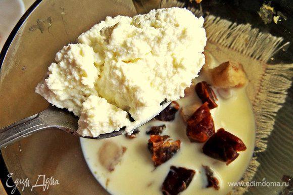 Налить в чашу для взбивания молоко, отправить туда финики и бананы... Добавить ложку творога или сырок пастообразный.