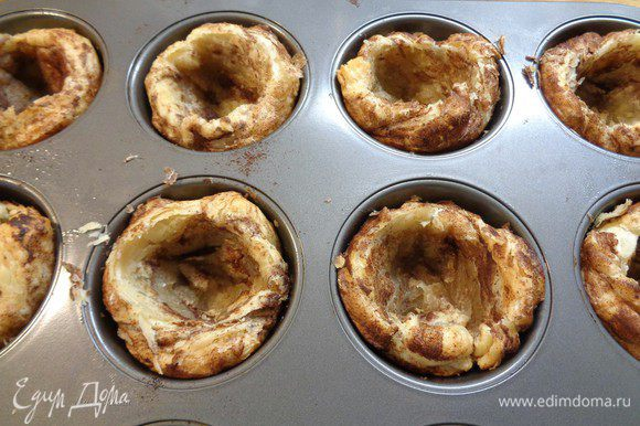 Пирожные вытащить из духовки. Чайной ложкой расправить тесто, прижимая к краям. Начинить пирожные кремом (не до краев) и опять поставить в духовку примерно на 10-15 минут. В крем входит яйцо, так что он немного поднимется.