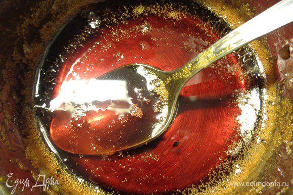 С апельсина выдавить сок и добавить его к сахару. Карамель у нас будет апельсиновая.