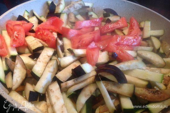 добавьте на сковороду, и жарьте помешивая около 10 минут. Выложите.
