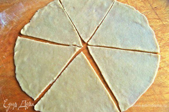 Раскатать четвертушку теста тонко на доске с мукой в круг.
