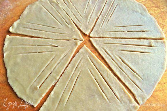 Разрезать круг на 6 секторов,на каждом сделать такие надсечки. Я делала ножом для пиццы.