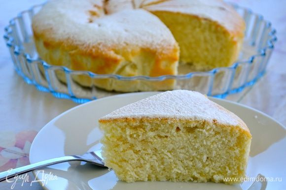 А это другой очень вкусный Лимонный пирог на белках от Ирочки (irushka78) http://www.edimdoma.ru/retsepty/62514-limonnyy-pirog-na-belkah. Очень удачный способ утилизации залежавшихся белков! Понравился всем))