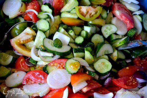 Пропорции даны на 8 литровых банок. Моем, чистим и нарезаем все овощи: томаты, огурцы и лук. Томаты и огурцы - кусочками, лук - кольцами.