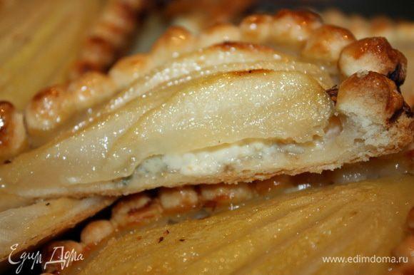 Вот так запечённые груши в тесте с сыром дор блю выглядят в разрезе. Приятного вам угощения!