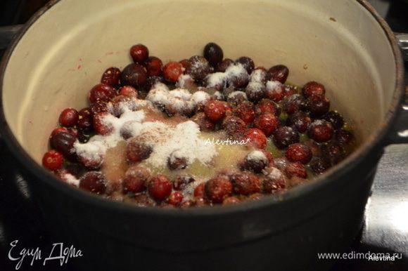 Выложить помытую клюкву в кастрюлю с тяжелым дном, добавить цедру, душистый горошек, сахар и апельсиновый сок. Для жидкого соуса можно добавить апельсинового сока.