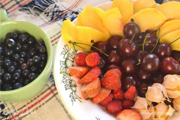 Фрукты моем и обсушиваем. Нарезаем крупные фрукты.