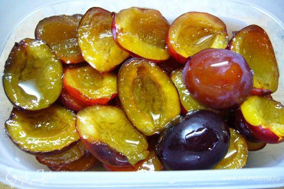 Выложить ягоды одним слоем в эмалированную посуду, залить сиропом (я делала это послойно). Слегка встряхнуть емкость, чтобы сироп равномерно распределился. Оставить на час при комнатной температуре. Распределить ягоды по пластиковым лоткам, пригодным для морозилки. В лоток лучше класть столько ягод, сколько потребуется потом для одной готовки (компота, пирога и т.д.). Повторно замораживать ягоды нельзя! Закрыть лоток и убрать в морозилку. Размораживать ягоды лучше на нижней полке холодильника: чем дольше процесс оттаивания, тем лучше вид ягодок! А из оставшегося сиропа можно сварить компот!