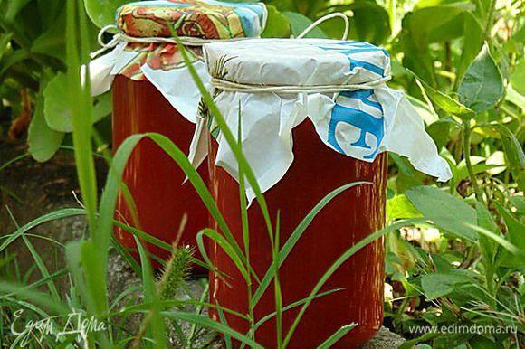 Томатный соус вернуть на огонь и варить на среднем огне около 2 часов, периодически помешивая до консистенции томатного соуса. Добавить соль. Базилик помыть, оборвать листочки. Горячий соус раскладываем в стерилизованные банки, в каждую баночку кладем по 2-3 листочка базилика. Закрываем прокипяченными крышками. Переворачиваем банки, укутываем их до полного остывания. Хранить в прохладном месте. Buon appetito!
