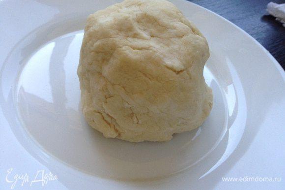 Добавить соль, сахар, влить ледяную воду и быстро скатать тесто в шар. Отправить на 30 минут в холодильник.