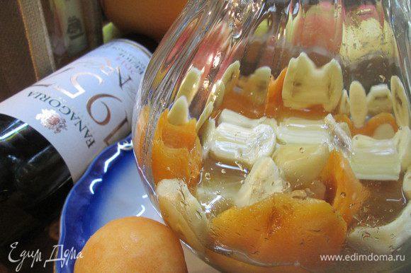 Мякоть бананов разрезаем на кружочки и добавляем в сироп к абрикосам. Немного охладить.