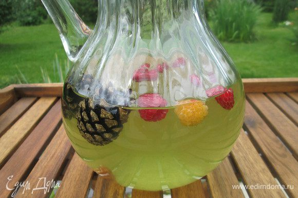 И последний штрих, добавляем шишки и даем напитку из тархуна настояться. Перед подачей добавьте кубики льда.