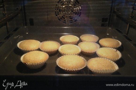 """Замесить тесто, разложить тесто в формочки и убрать в холодильник на 30 минут. Это важно для того, чтобы они получились """"с горкой"""". Если тесто не холодное в тот момент, когда вы ставите магдаленас в духовку, они или не поднимутся, или потом резко опадут. Духовку разогрет до 250 градусов. Перед выпечкой кексы посыпать сахаром, убрать жар духовки до 220 градусов и выпекать 14 минут."""
