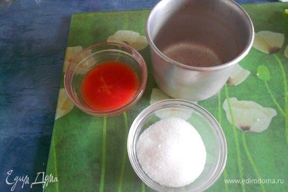 Получится томатный сок, две столовые ложки. Из двух столовых ложек сока и сахара, сварить томатный сироп. Варить 10 минут.