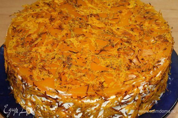 На торт выливаем тыквенную прослойку, ставим в холод до полного застывания. Затем снимаем кольцо, поправляем бока и декорируем торт запеченной тыквой.