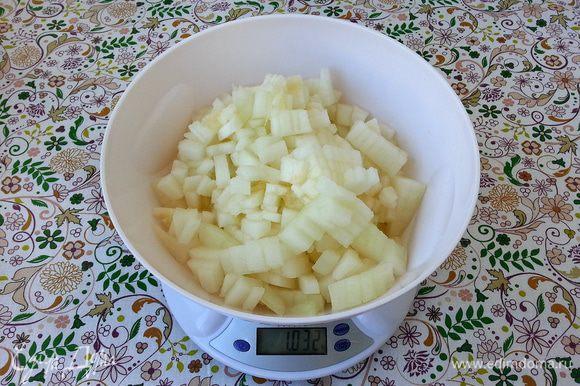 Дыню очистить от корки. Порезать на квадраты примерно 2Х2 см, можно мельче.