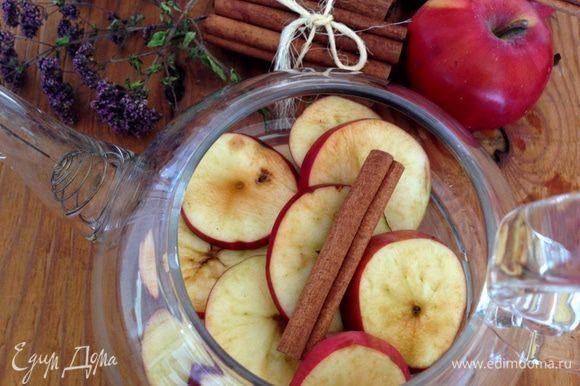 Яблоки помыть и нарезать колечками или дольками, выложить на дно чайника. Туда же положить палочку корицы. Если яблоки мелкие, то можно увеличить количество до 5.