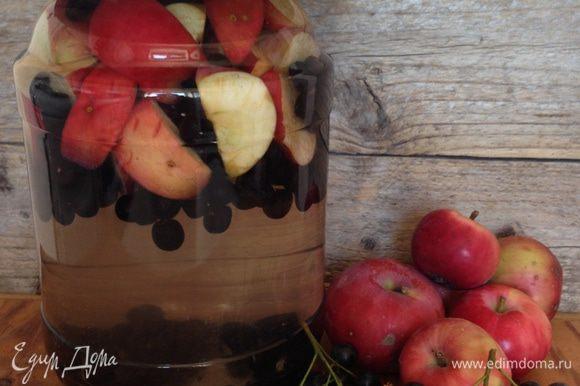 Сложить яблоки и рябину в банку, залить кипятком, накрыть блюдцем и оставить на 10 минут.