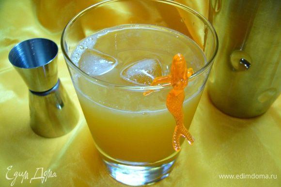 Перелить содержимое шейкера в бокал, добавить минеральную воду и 2 кубика льда и подавать!