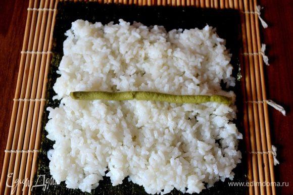 Распределяем рис, на него кладем васаби - по вкусу.