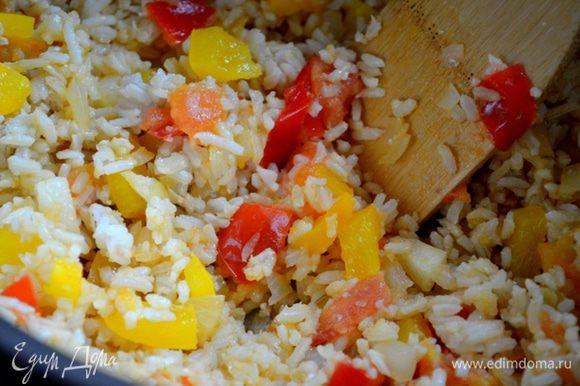 Кладем рис, все перемешиваем и обжариваем вместе примерно 6 минут.