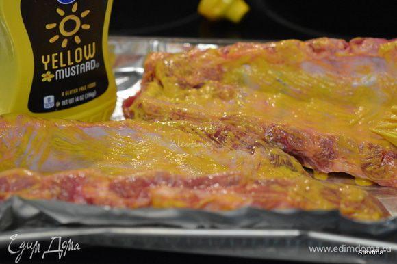 Ребра разрезать и смазать горчицей желтой.