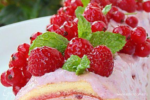 Нанести крем, немного оставить на украшения. Свернуть рулет, завернуть в фольгу, убрать в холодильник на 2 часа. Достать, украсить кремом, ягодами и листиками мяты.