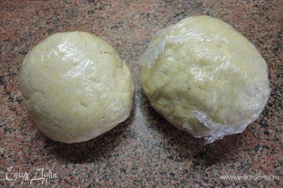 Влить кефир или простоквашу и замесить тесто. Долго не вымешивать, чтобы оно не нагрелось от рук. Разделить на две неравные часть, обернуть пищевой пленкой и отправить в холодильник на 30 минут.