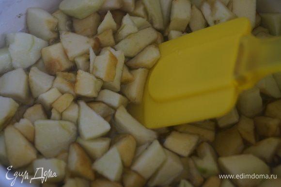 Яблоки помыть и очистить. Разрезать на 4 части и удалить сердцевину. Затем нарезать небольшими кубиками. Выложить в кастрюльку и засыпать сахаром. Перемешать и оставить настаиваться на 12 часов, можно больше, но не меньше.