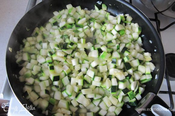 Приготовить начинку для тарта. Кабачки нарезать небольшими кубиками, чеснок измельчить. Обжарить овощи на растительном масле до полуготовности (около 10 мин.).