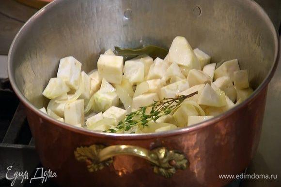 Добавить нарезанный сельдерей, перемешать, накрыть кастрюлю крышкой и готовить, периодически помешивая.