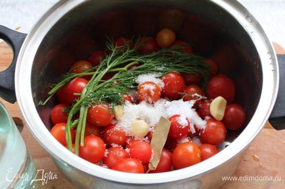 Помидоры помойте и наколите в районе плодоножки зубочисткой. Добавьте перец горошком, зубчики чеснока, веточки укропа, лавровый лист, соль и сахар.