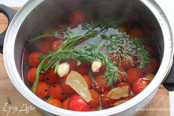 Залейте помидоры кипятком. Оставьте до полного остывания.