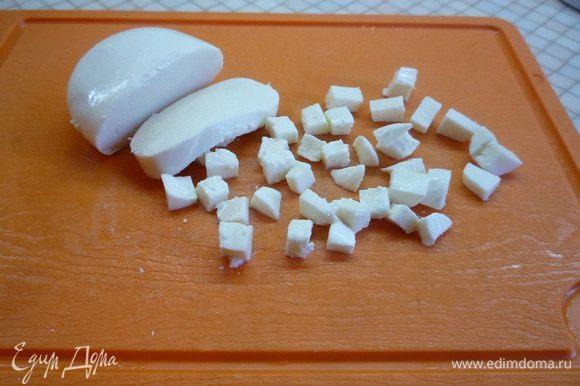 Сыр также мелко нарезаем (я брала моцареллу).