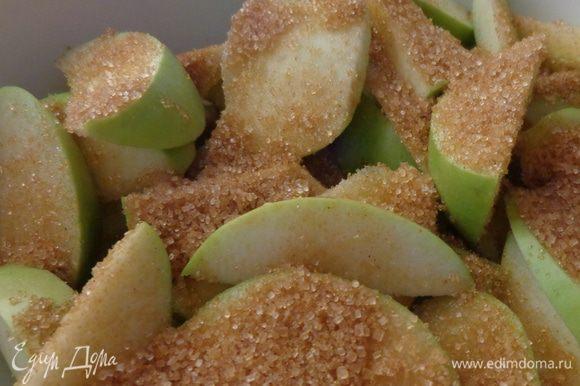 Яблоки помыть, нарезать пластинками, засыпать 4 ст.л. сахара (от общего количества), поместить в антипригарную посуду.