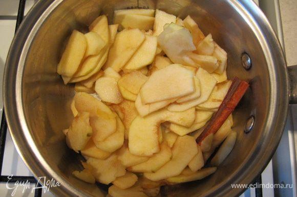 Приготовить яблочный соус. Яблоки очистить от кожицы, удалить сердцевины, тонко нарезать, сбрызнуть лимонным соком. Поставить на средний огонь вместе с половиной палочки корицы. Накрыть крышкой и томить до полного размягчения яблок.
