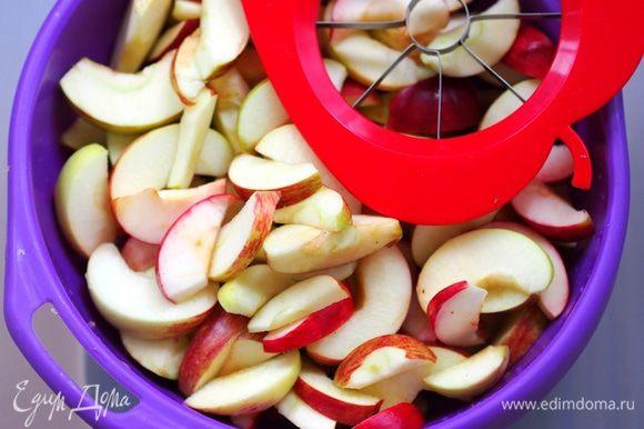 Приготовить необходимые продукты. Для этого лакомства лучше всего взять яблоки кисло-сладких сортов. Яблоки у меня были всякие-разные, позднеспелых летних сортов, и, в основном, уже упавшие с дерева. Но тем и хорош этот рецепт, что позволяет из некондиционных яблок сделать конфетку! Единственное важное замечание то, что переспевшие ватные яблоки в этот рецепт не подойдут, яблочные дольки не будут держать форму.Если хотите получить карамельный оттенок во вкусе, то возьмите коричневый, тростниковый сахар. Яблоки нарезать на тонкие дольки. Я это делала и ножом, и яблокорезкой. Крупные делила на 12 частей, мелкие на 8.