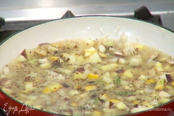 Измельченными специями посыпать рис с овощами, все перемешать и залить горячей водой, так чтобы рис был покрыт жидкостью. Накрыть сковороду крышкой и на медленном огне томить 15 минут.