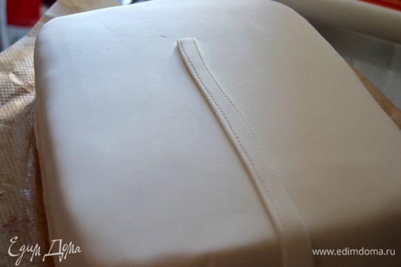 Раскатываем мастику почти в два раза больше диаметра торта. Покрываем торт, излишки обрезаем. Начинаем шить халат, делаем планку.