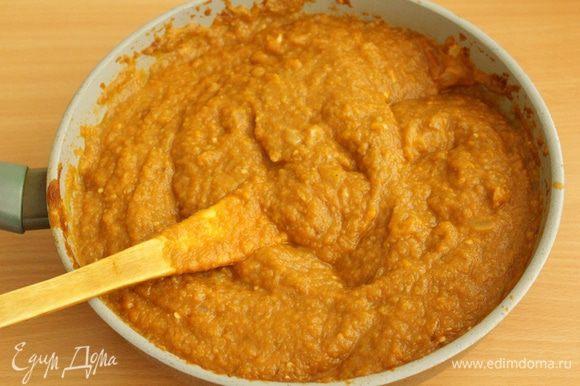 Затем добавляем овощную пасту, солим, выпариваем лишнюю жидкость около получаса. Добавляем уксус.