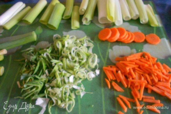 У лука-порея отрезать круглую и толстую часть. Два раза по 6 сантиметров. Зеленый стебель нашинковать полосками. Морковь нарезать кружками, затем нашинковать полосками шириной 2 миллиметра.