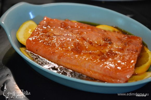 В жаропрочную посуду выложить апельсин, нарезанный кольцами. Сверху один большой или 2 стейка семги. Полить приготовленной глазурью. Поставить в духовку на 20 мин или до готовности рыбы. Можно готовить на гриле, смазав сверху семгу глазурью, и перед подачей полить остатками глазури.