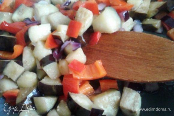 Половинку луковицы нарежем не очень мелко, нарежем баклажан и перец средними кубиками и обжарим все вместе на масле около 5 минут, помешивая. Добавим соевый соус и потушим еще 2 минутки.