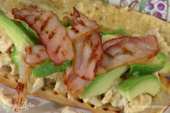На половинку багета с горчицей выложить куриное мясо с майонезом, а сверху — авокадо и грудинку.