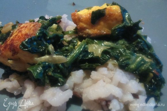 Подается палак панир с рисом, горячим. На следующий день блюдо становится еще более насыщенным и ароматным. Приятного!