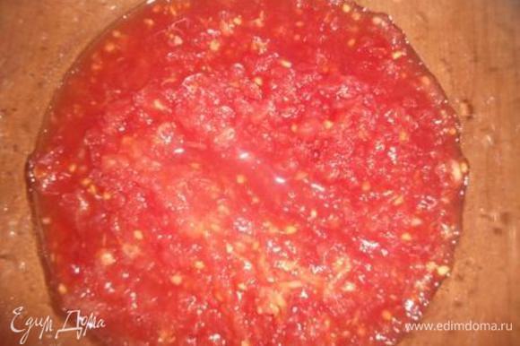 Мясистые помидорки натереть на крупной терке (кожица нам не нужна).