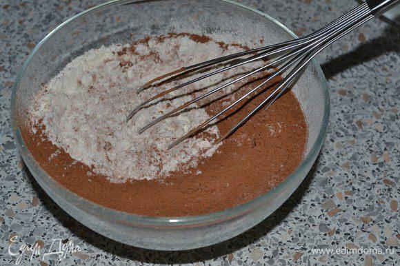 В другой миске смешать сухие ингредиенты: муку, какао, разрыхлитель, соль. Я добавила ещё щепотку мяты. И венчиком перемешать.